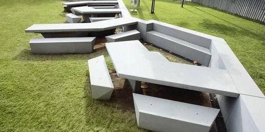 把公共座椅设计成这样,你咋不上天?
